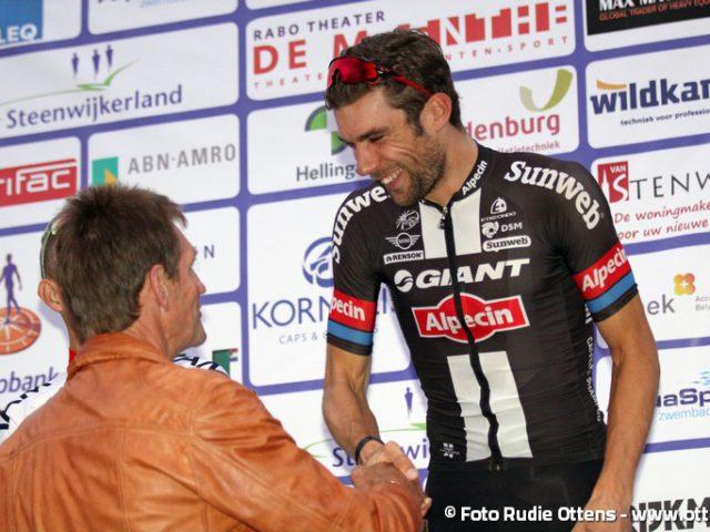 Profronde Steenwijk - Piet Kleine feliciteert Albert Timmer met zijn overwinning in Steenwijk