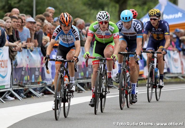 Profronde Steenwijk - Antwan Tolhoek in zijn bergtrui van de Ronde van Zwitserland voor de jarige René Hooghiemster, dan Cor van Leeuwen en rechts Coen Vermeltfoort.