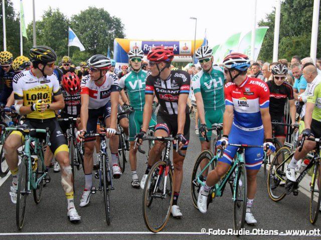 Profronde Steenwijk - de toppers vlak voor de start in gesprek met elkaar. Op de voorste rij vlnr Timo Roosen - Stef Clement - Ramon Sinkeldam - Dylan Groenewegen en helemaal rechts Wim Stroetinga. Tussen Roosen en Clement op de tweede rij Albert Timmer die de winst pakte