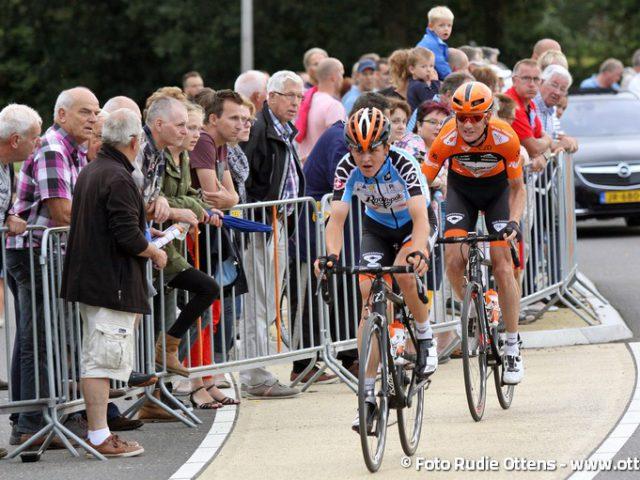 Profronde Steenwijk - poging van de ploeggenoten van Roompot-Oranje Peloton om samen weg te rijden. Antwan Tolhoek in de bergtrui van de Ronde van Zwitserland samen met de strijdlustigste renner Pieter Weening
